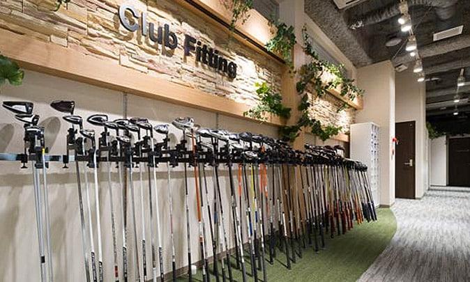 ずらりと並んだゴルフクラブ